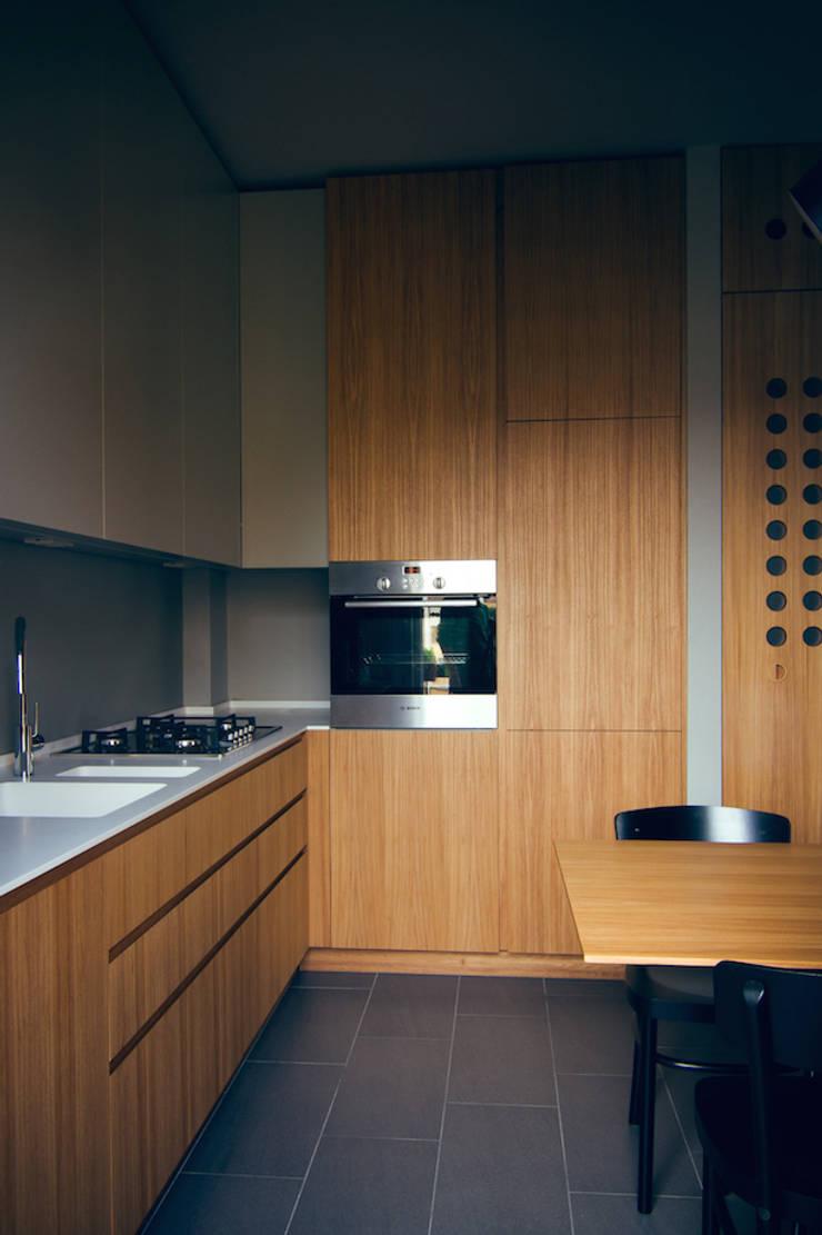 house#02 cucina:  in stile  di andrea rubini architetto, Moderno Legno Effetto legno