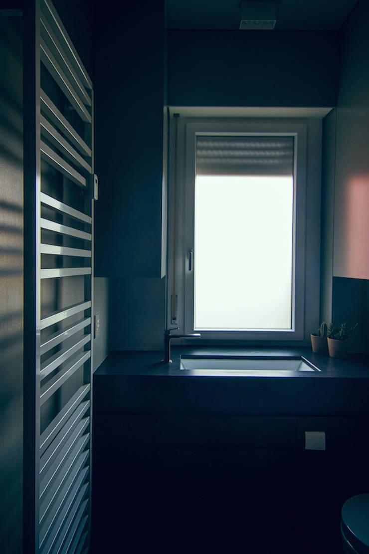house#02 bagno: Bagno in stile  di andrea rubini architetto, Minimalista Ardesia