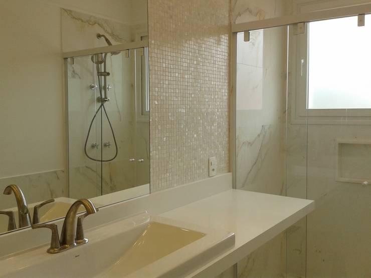Residência Marituba: Casas de banho  por Rachel Nakata Arquitetura