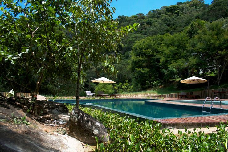 Piscina Externa Hotel Botanique – Campos do Jordão, SP | Brasil | 2013: Piscinas  por Coletivo de Arquitetos