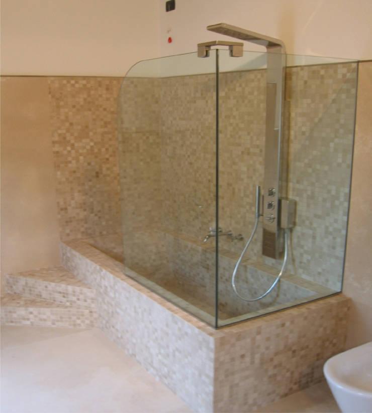bagno ospiti: Bagno in stile  di Stefano Chiocchini architetto & designer