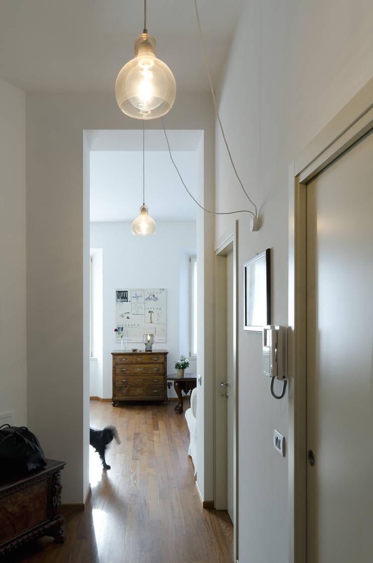 PLB P016: Ingresso & Corridoio in stile  di modoo,