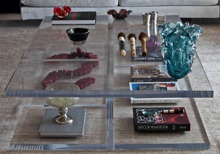Mesa de Acrílico: Salas de estar  por Marilia Veiga Interiores