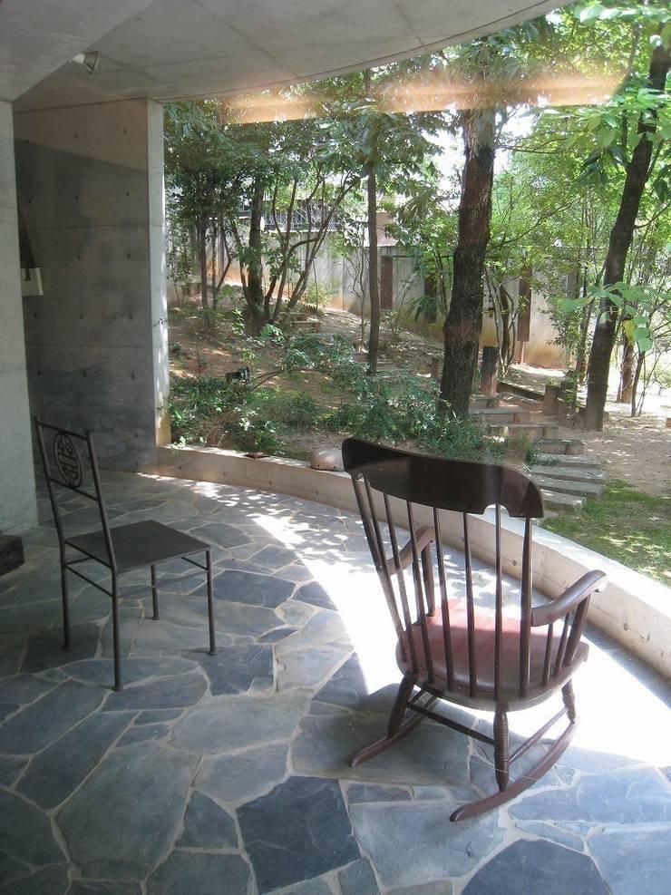 四季の家石積み庭の楓: 山田高志建築設計事務所が手掛けた家です。