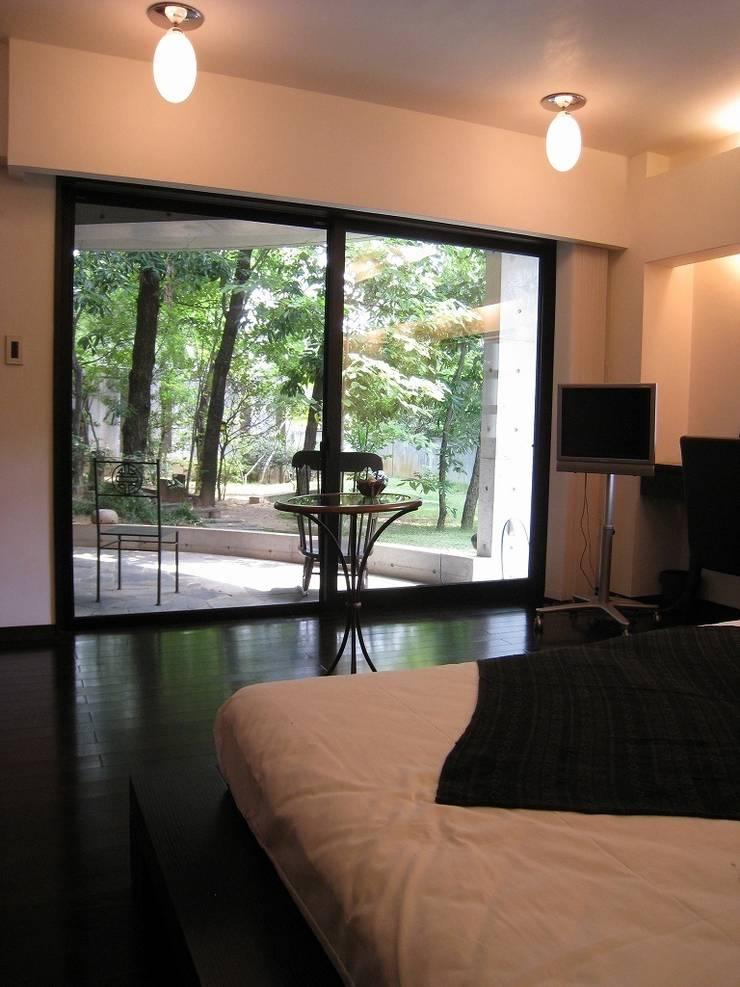 四季の家石積み庭の楓: 山田高志建築設計事務所が手掛けた寝室です。