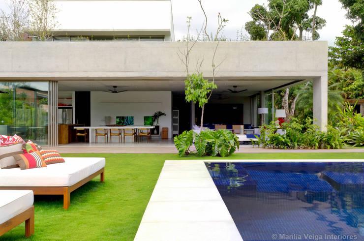 Casa + Piscina: Casas modernas por Marilia Veiga Interiores