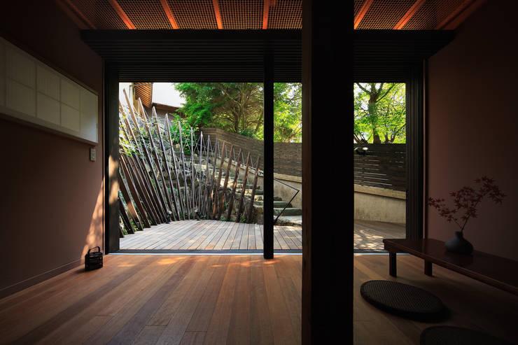 テラスと一体になるホール: UZUが手掛けた庭です。,