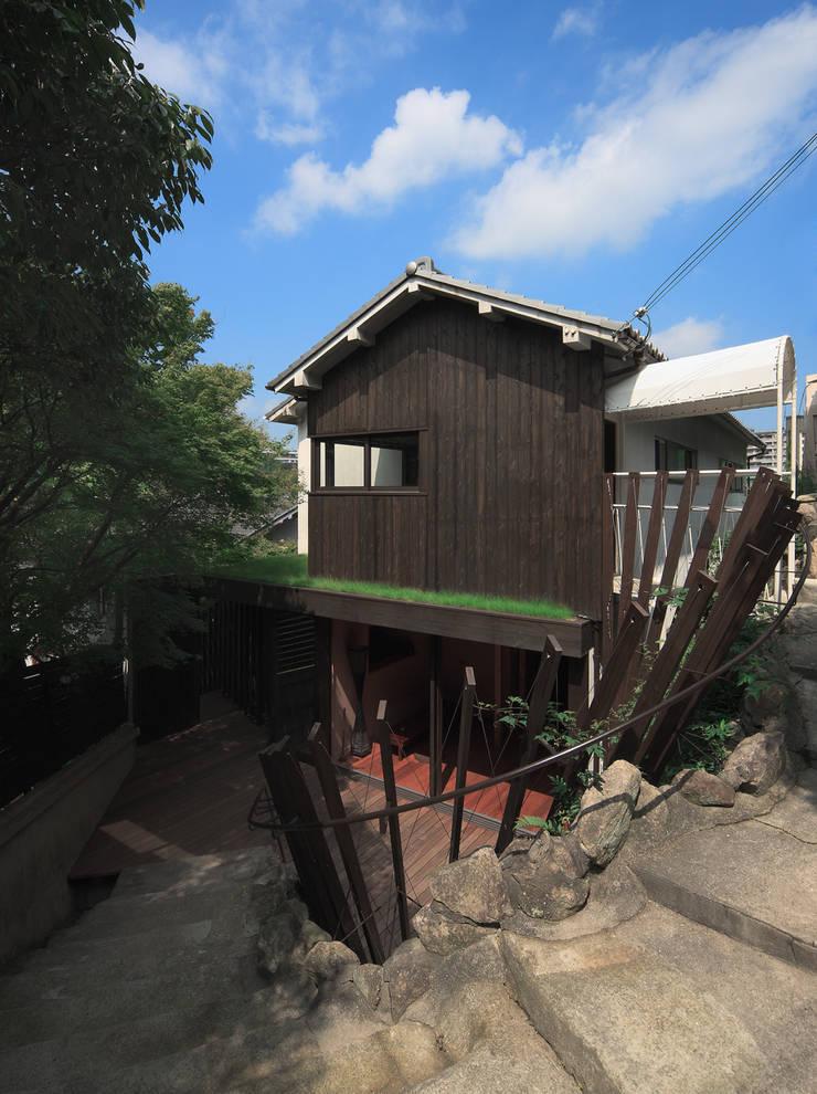壁面緑化と手すりを兼ねたルーバーに包まれるテラス: UZUが手掛けた家です。,