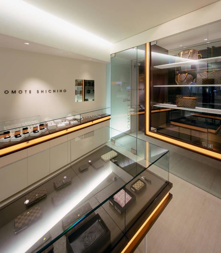 1階店舗/ショーケース: UZUが手掛けたオフィススペース&店です。,