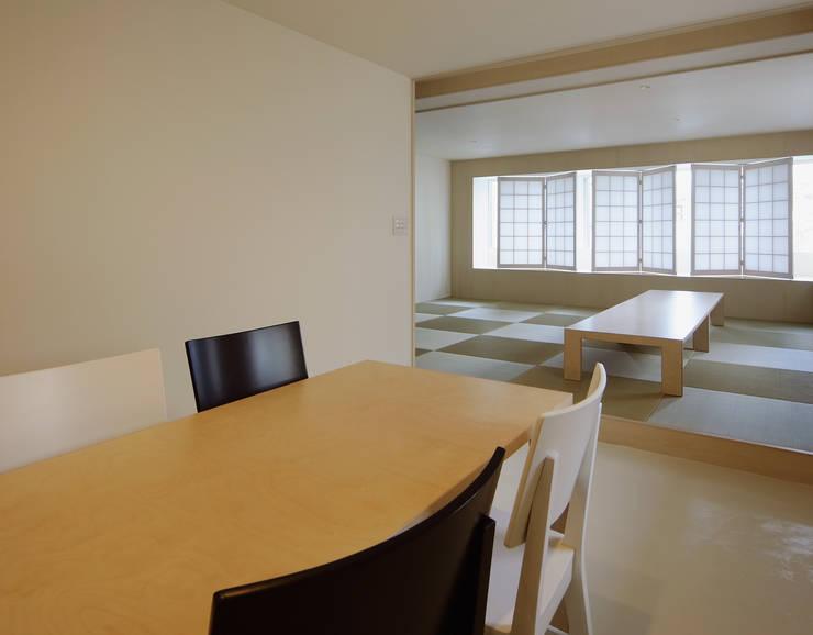 3階住居/パブリックリビング: UZUが手掛けたリビングです。,