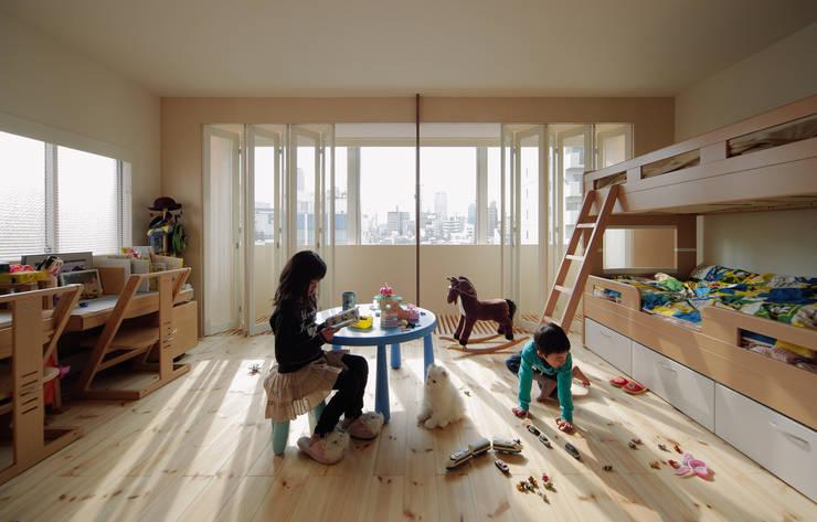 5階住居/子供部屋 窓際のインナーバルコニー: UZUが手掛けた子供部屋です。,