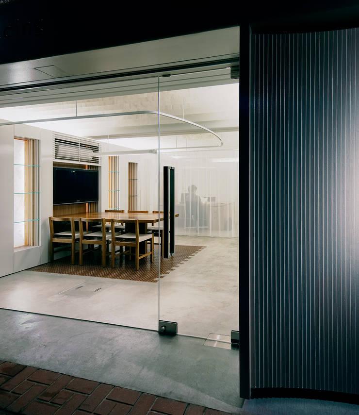 入口からミーティングスペースを見る: UZUが手掛けたオフィススペース&店です。