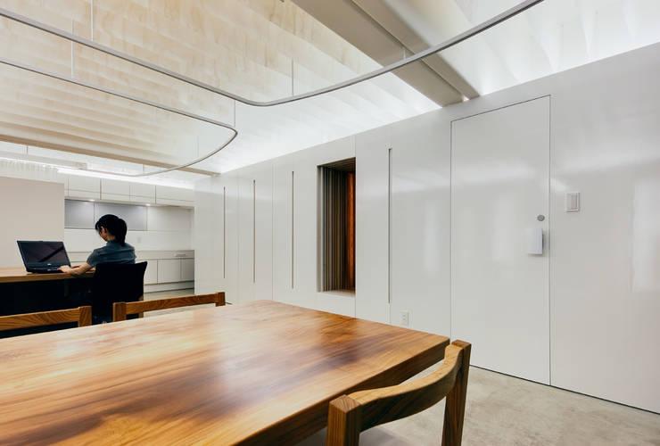 まとまった壁面収納とウォークインクローゼット: UZUが手掛けたオフィススペース&店です。