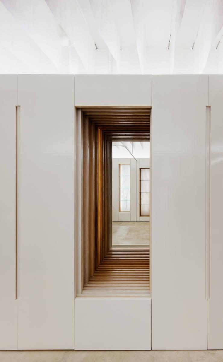 本をくりぬいたイメージのディティール: UZUが手掛けたオフィススペース&店です。