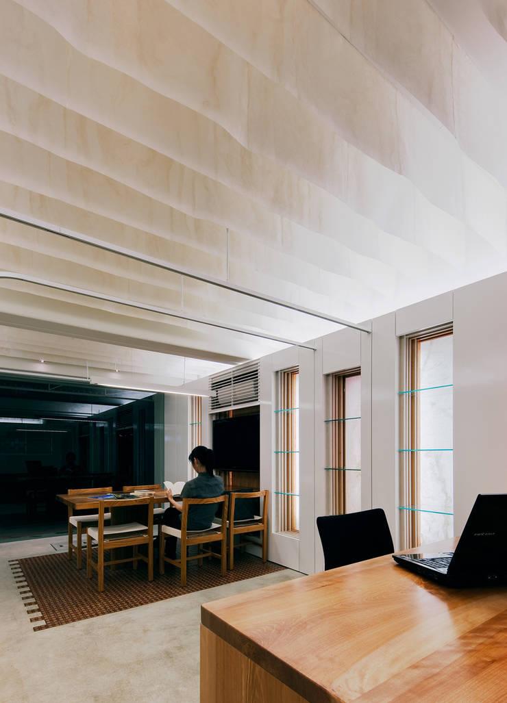 天井の和紙がやわらかな光を落とす: UZUが手掛けたオフィススペース&店です。