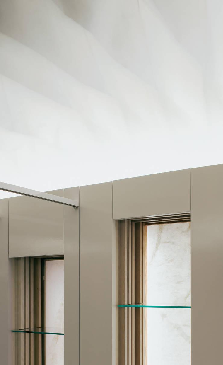 天井の和紙から本の中に流れる水をイメージした飾り棚: UZUが手掛けたオフィススペース&店です。