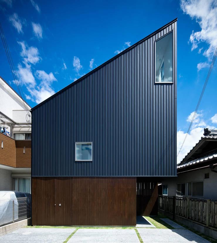 空に向かって斜めのラインがのびる外観: UZUが手掛けた家です。