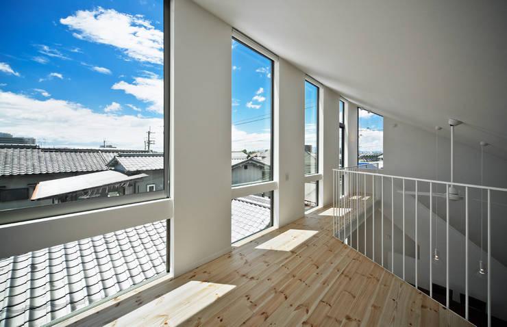 空に浮かんだようなロフトからの眺め: UZUが手掛けた窓です。