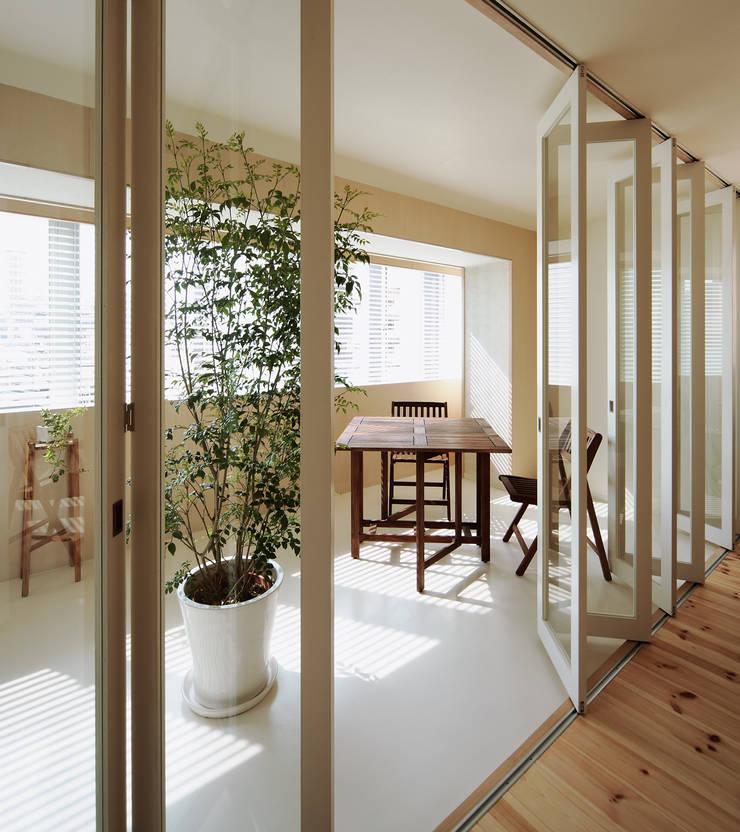 4階住居/プライベートリビング インナーテラス: UZUが手掛けたサンルームです。,