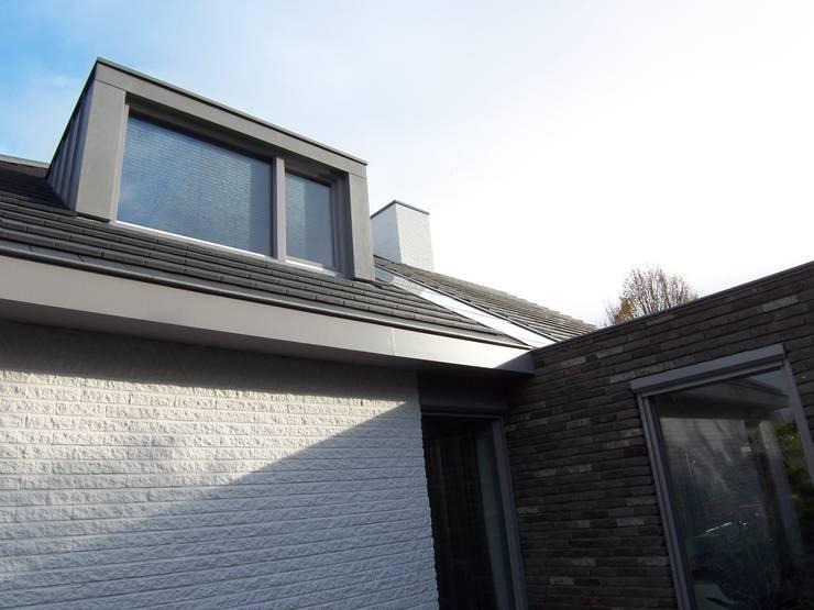 detail aansluiting uitbreiding, dakkapel en lichtstraat:   door EIKplan architecten BNA