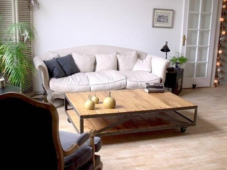 Table basse style industriel à roulettes: Salon de style  par MICHELI Design