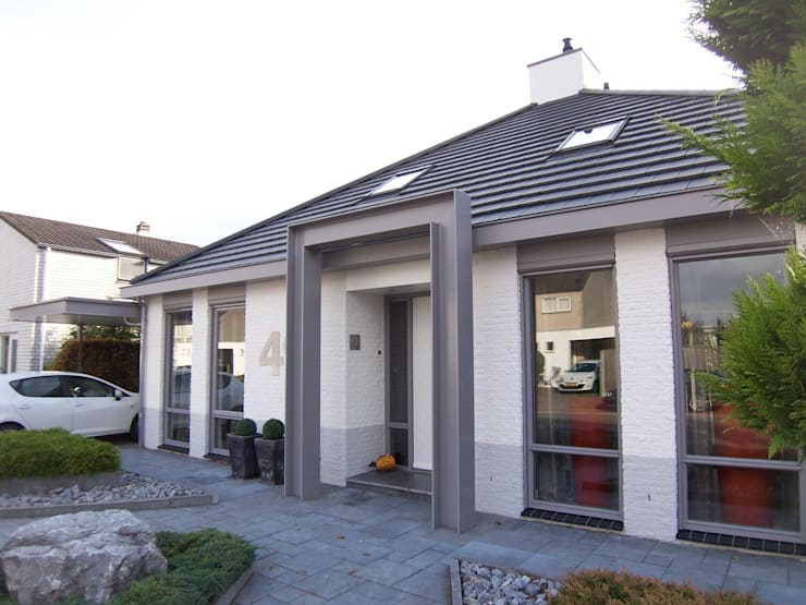 nieuwe voorgevel + carport:   door EIKplan architecten BNA