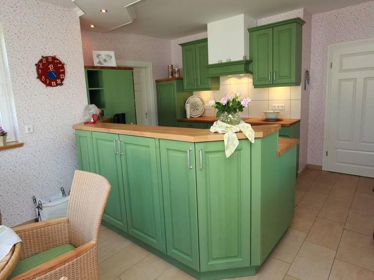 Grüne Landhausküche:  Küche von H.G. Kuse GmbH
