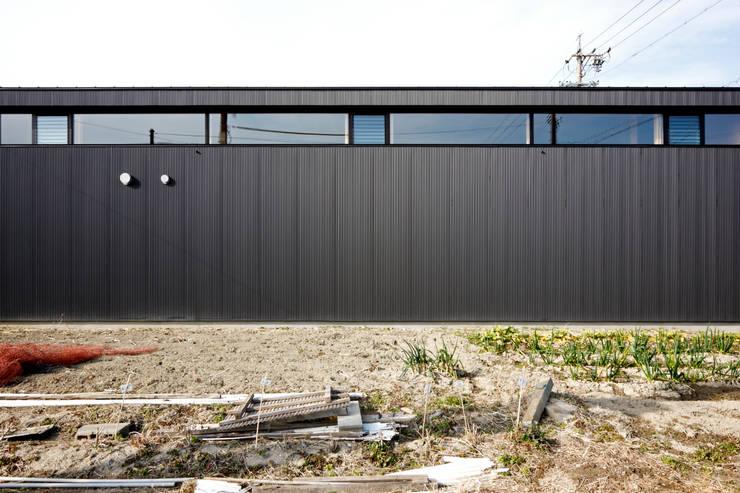 南側ファサード: 道家洋建築設計事務所が手掛けた家です。