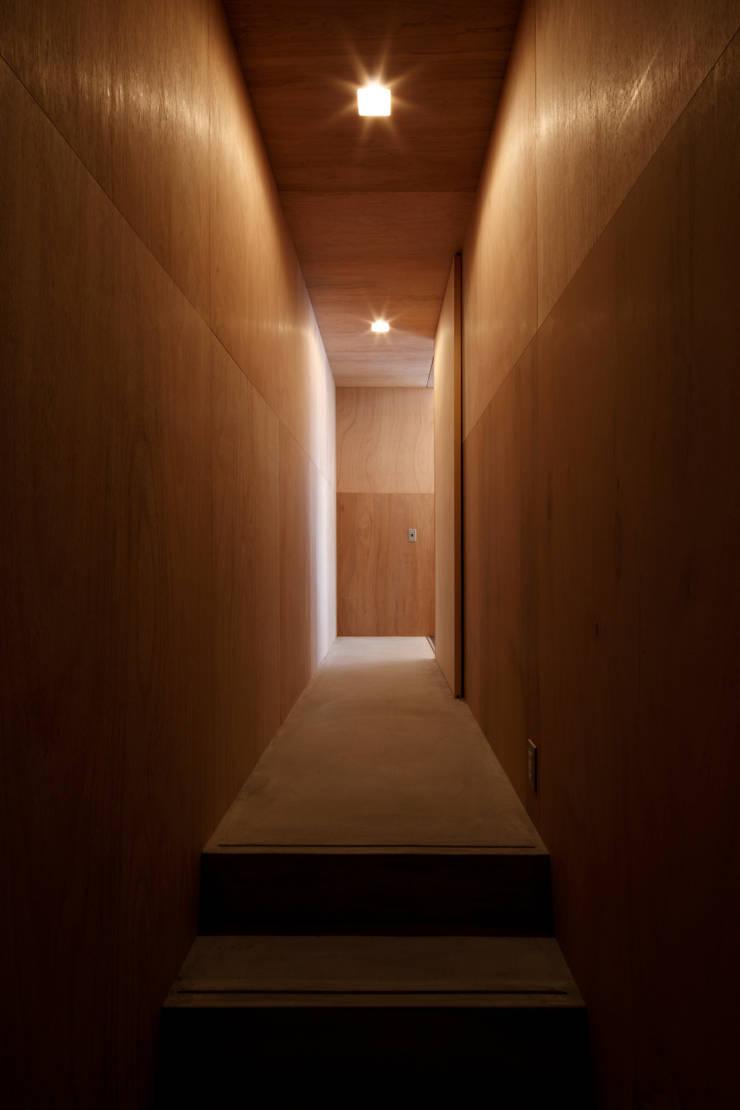 廊下: 道家洋建築設計事務所が手掛けた廊下 & 玄関です。,