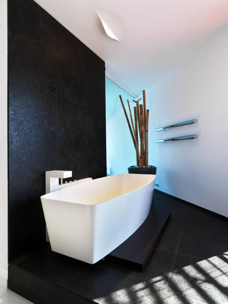 B-House: Bagno in stile  di Damilano Studio