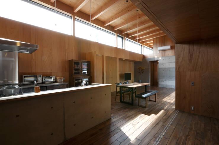 キッチン・ダイニング・リビング: 道家洋建築設計事務所が手掛けたキッチンです。,