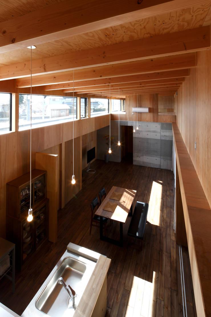 ハイサイドライト: 道家洋建築設計事務所が手掛けたリビングです。,