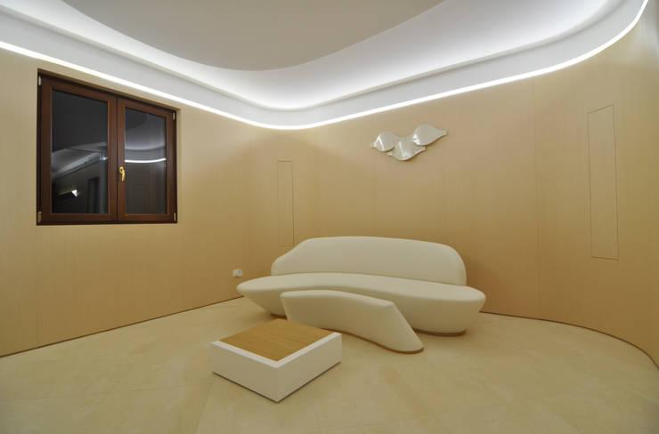 100%WOOD: Soggiorno in stile  di Marco Stigliano Architetto