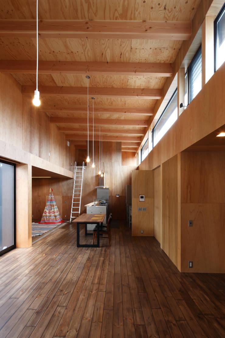 リビング・ダイニング・キッチン: 道家洋建築設計事務所が手掛けたダイニングです。,