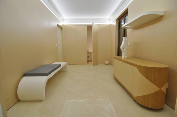 100%WOOD: Ingresso & Corridoio in stile  di Marco Stigliano Architetto