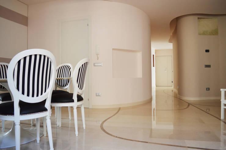 CurviLINE: Soggiorno in stile  di Marco Stigliano Architetto