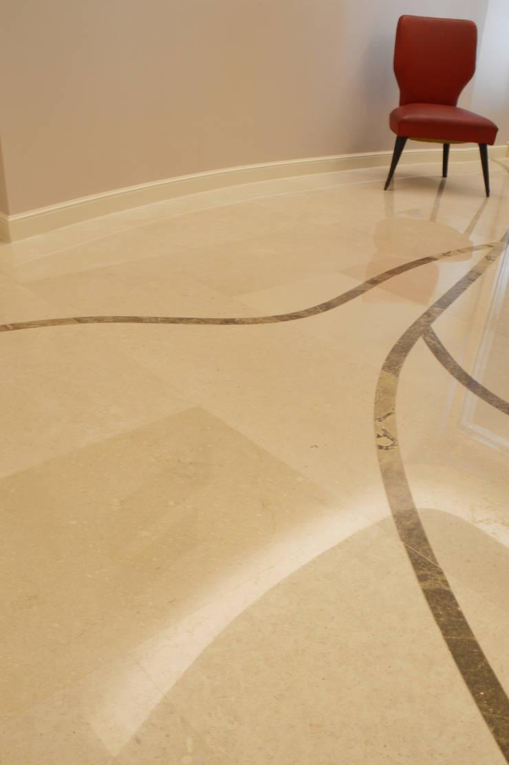 CurviLINE: Pareti & Pavimenti in stile  di Marco Stigliano Architetto