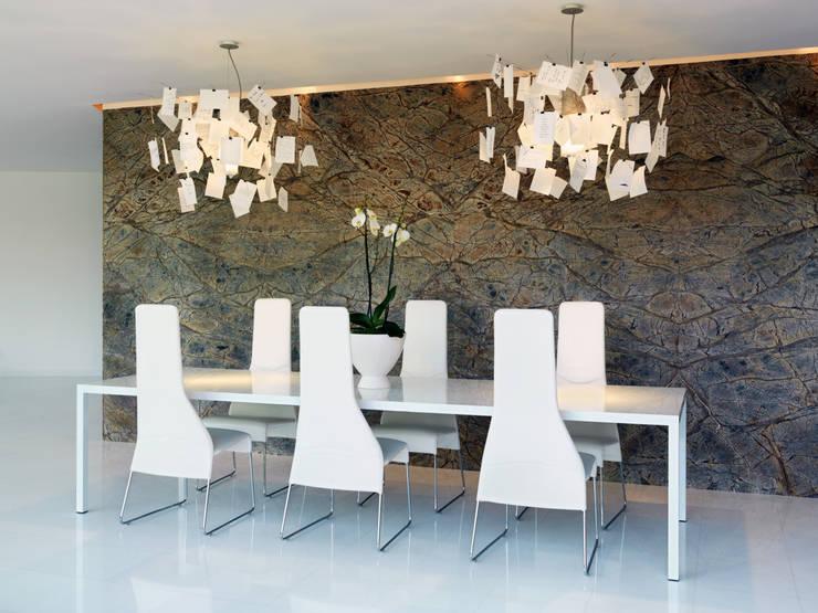 B-House: Sala da pranzo in stile  di Damilano Studio