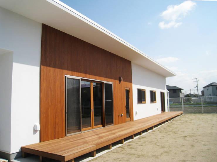 白の外壁に無垢の板で変化をつけた外観: あお建築設計が手掛けた家です。