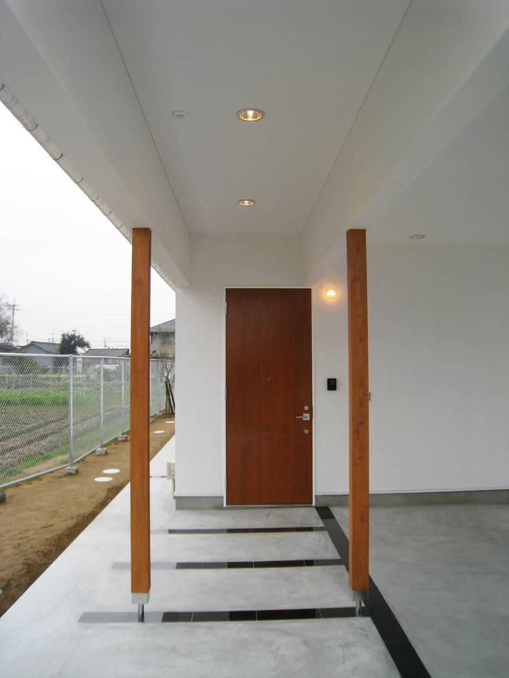 玄関はシンプルに: あお建築設計が手掛けた窓です。