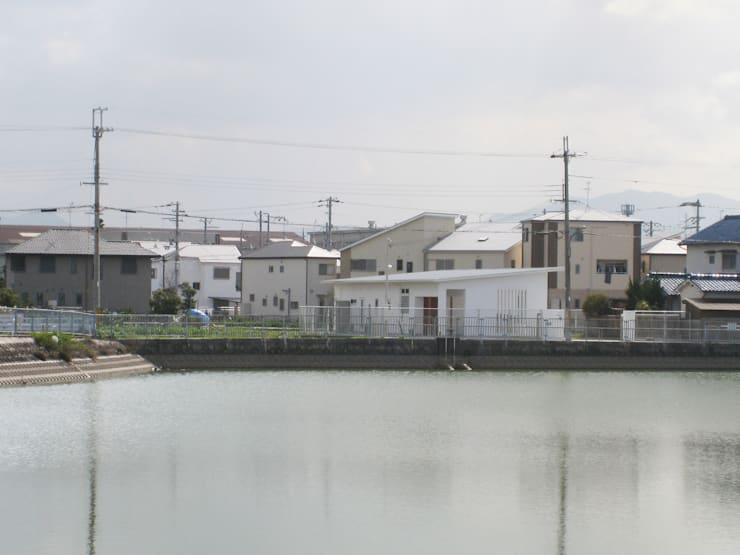 池に面した敷地: あお建築設計が手掛けた家です。