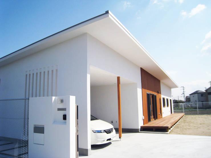 一体としたガレージ: あお建築設計が手掛けたガレージです。