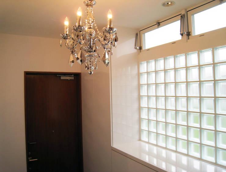 玄関: あお建築設計が手掛けた窓です。