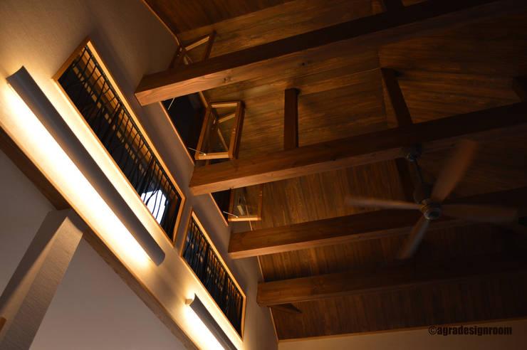 リビングの低めの吹き抜け: アグラ設計室一級建築士事務所 agra design roomが手掛けたリビングです。