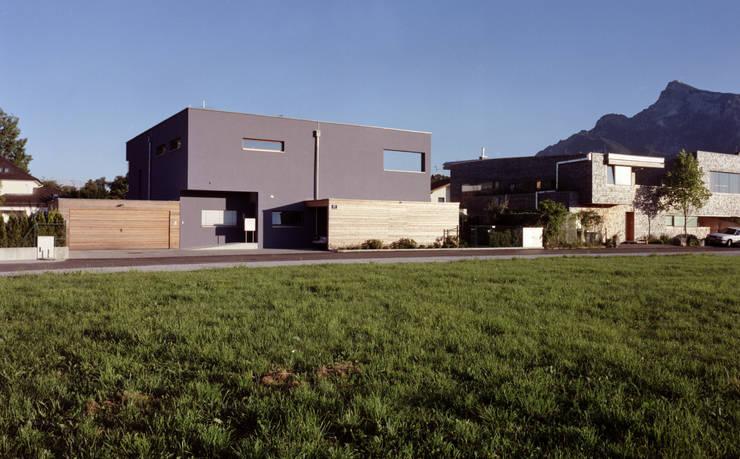 EFH: moderne Garage & Schuppen von architekturbühne