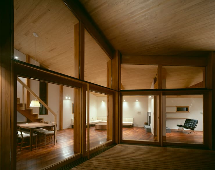 Villa Boomerang / 八ヶ岳の別荘: 森吉直剛アトリエ/MORIYOSHI NAOTAKE ATELIER ARCHITECTSが手掛けたベランダです。