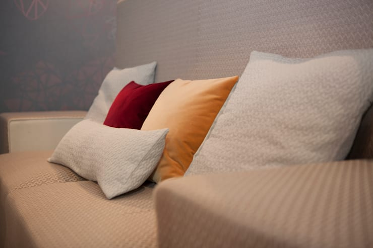 Canapé et tête de lit modulable: Chambre de style  par Emmanuelle Gain