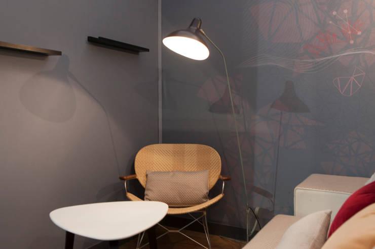 Coin salon: Chambre de style  par Emmanuelle Gain