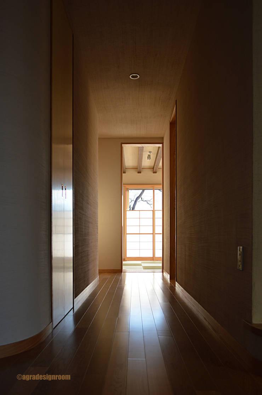 陰影をコントロールする廊下: アグラ設計室一級建築士事務所 agra design roomが手掛けた廊下 & 玄関です。