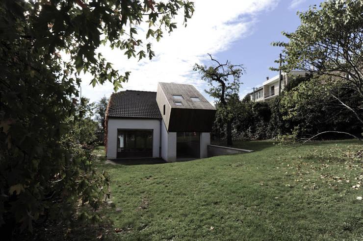 Vue de la surélévation depuis le jardin: Maisons de style  par PLAYGROUND ATELIER D'ARCHITECTURES